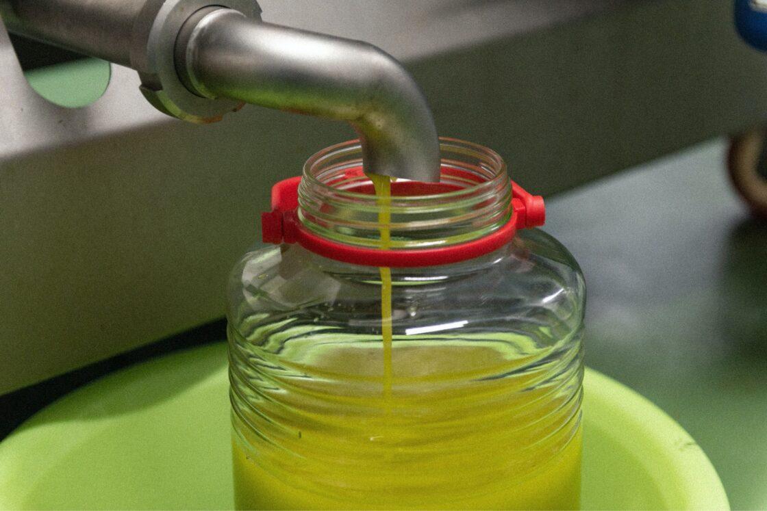 ろ過も、瓶詰めもオイルが空気に触れないように注意しながら全て手作業