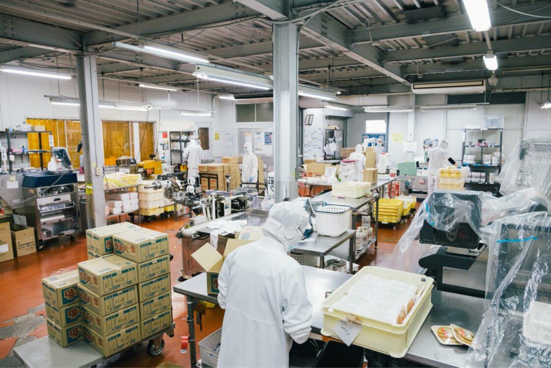 毎日、新鮮な魚が集まる魚市場内の加工場