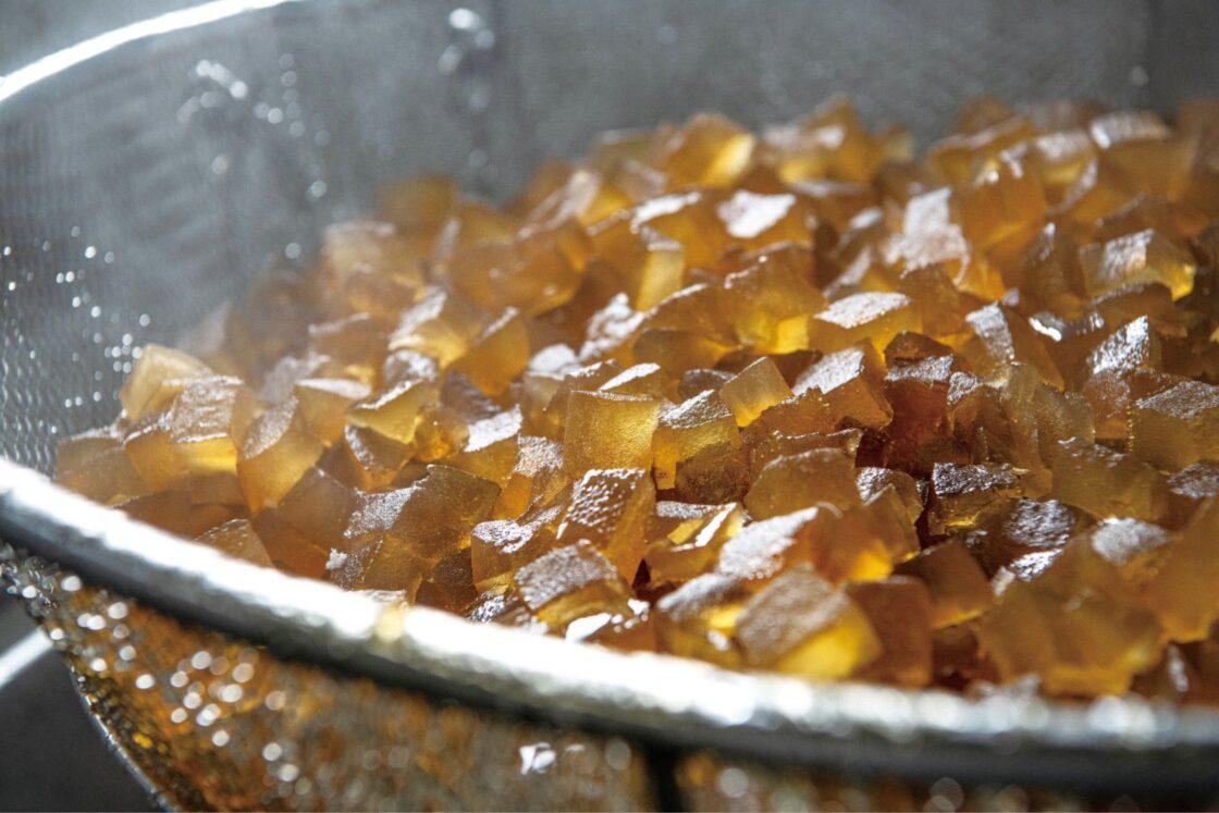 ゆがいてあくを抜き、砂糖と水飴を混ぜて炊きあげる(蜜炊き)